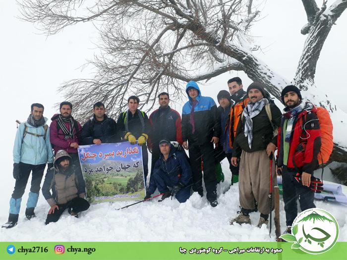 صعود بە ارتفاعات میراجی توسط گروە کوهنوردی چیا با شعار نگذارید بمیردجنگل کە جهان خواهد مرد